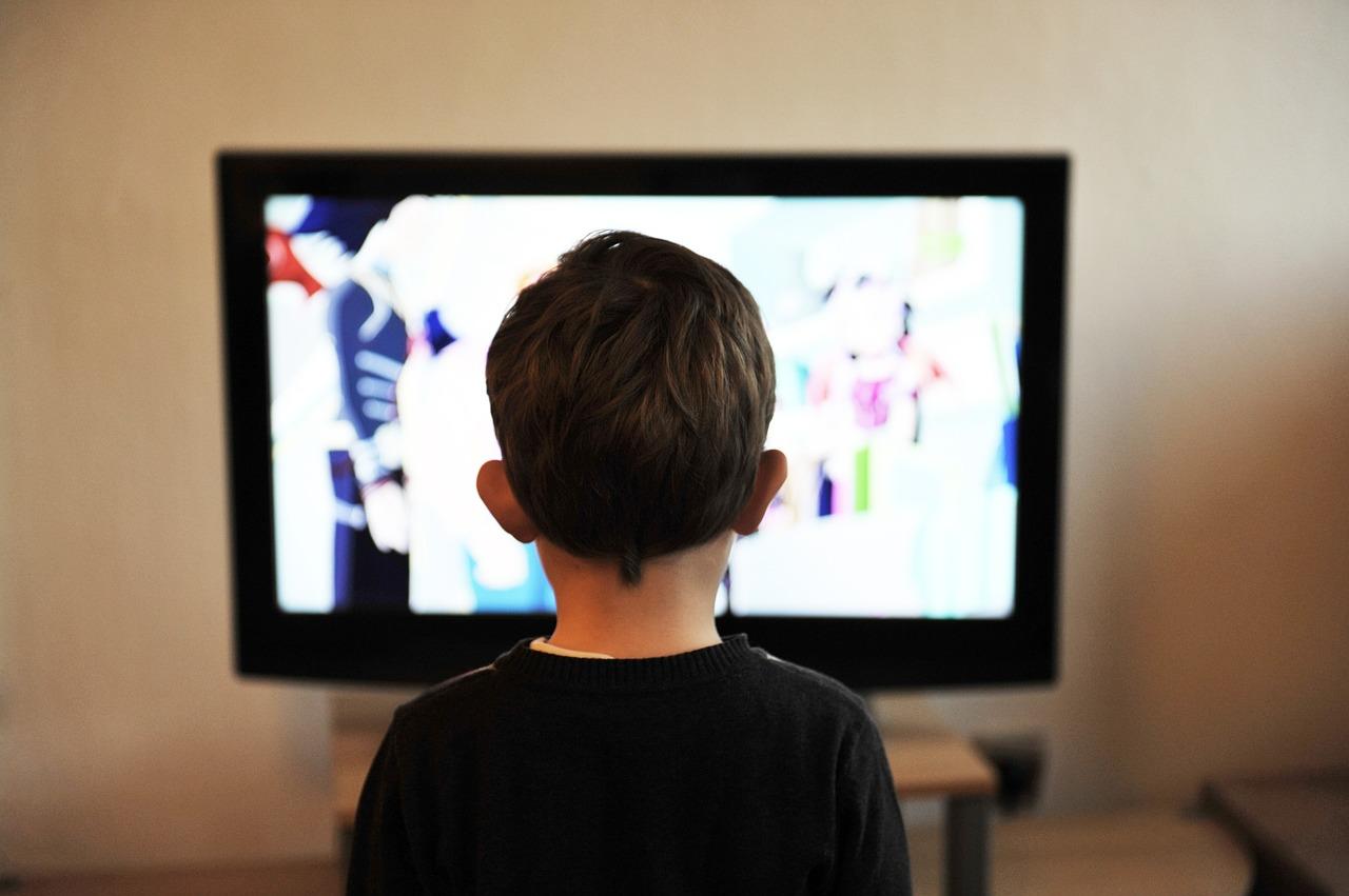 テレビを見ている子供