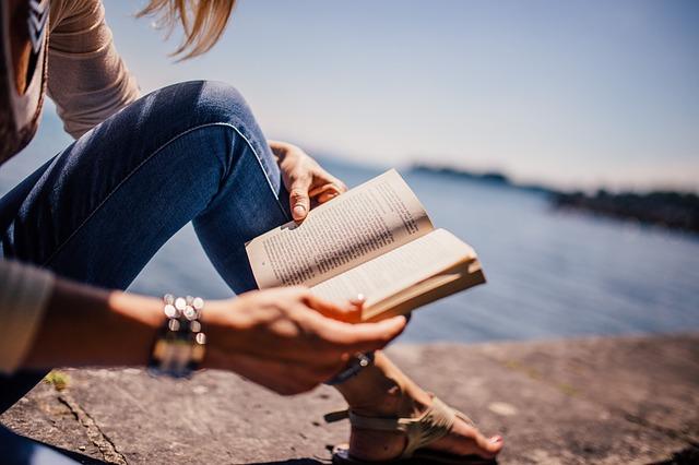 女性が本を読んでいます