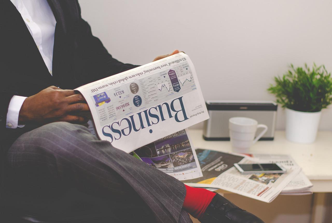 ニュースを読んでいる男性