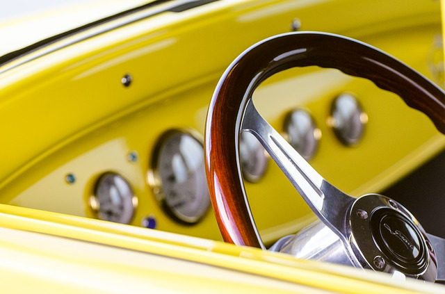 黄色い車のハンドル