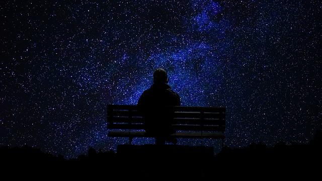 星を眺めている男性