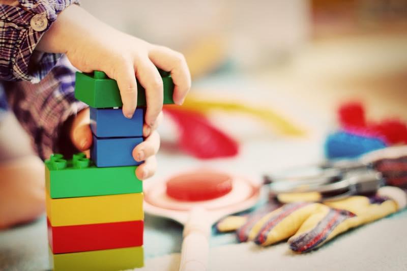 ブロック遊びをしている子供