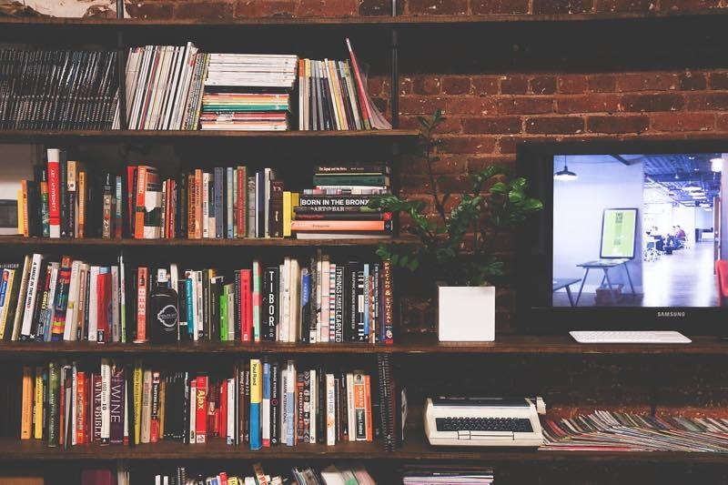 沢山の本とテレビ